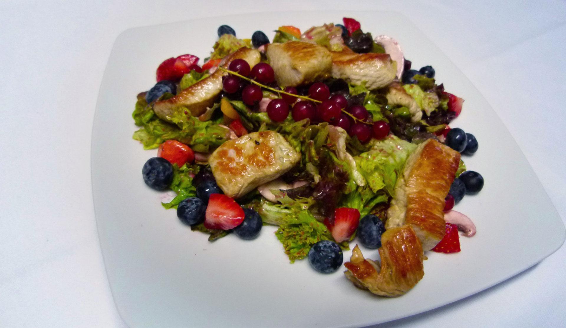 04_Bunt-gemischter_Salat-mit_Fruechten_und-Huehnchen